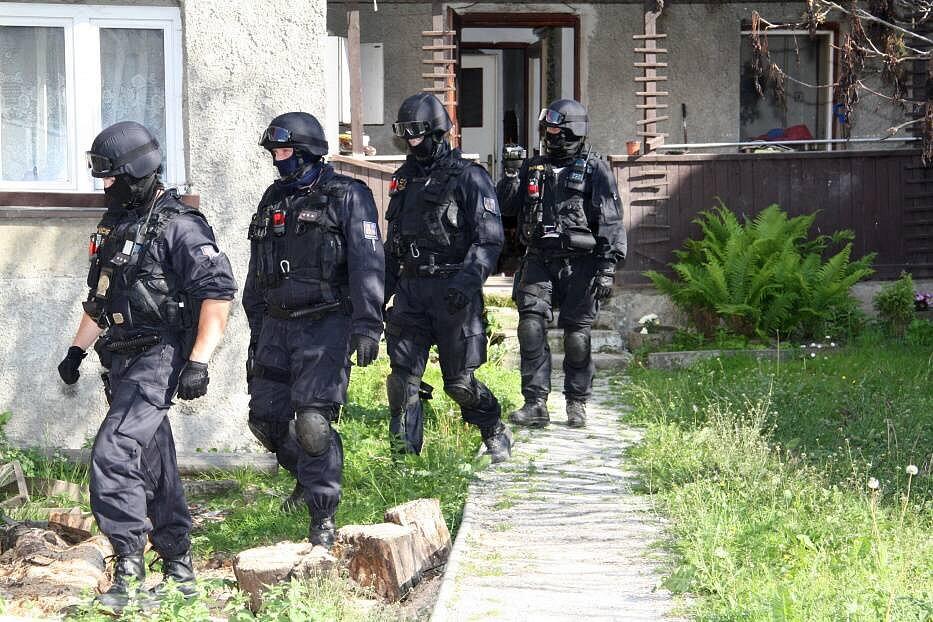 Policisté na Hranicku zadrželi třináct výrobců a distributorů drog