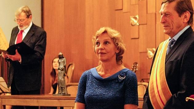 Nadační fond Elišky Přemyslovny odměnil za léta usilovné práce Annu Pavelkovou a Jaroslavu Černou, ženy, jež zasvětily život společenskému dobrodiní.