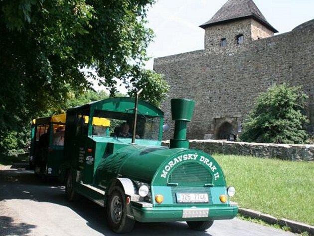 Vláček zaveze výletníky na hrad Helfštýn až do konce září.