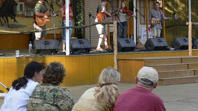 Na podiu v areálu dřevohostické zámecké zahrady se vystřídalo devět kapel.