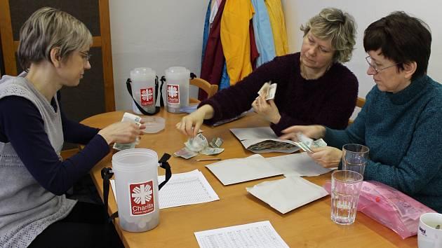 Počítání výtěžku Tříkrálové sbírky v hranické Charitě