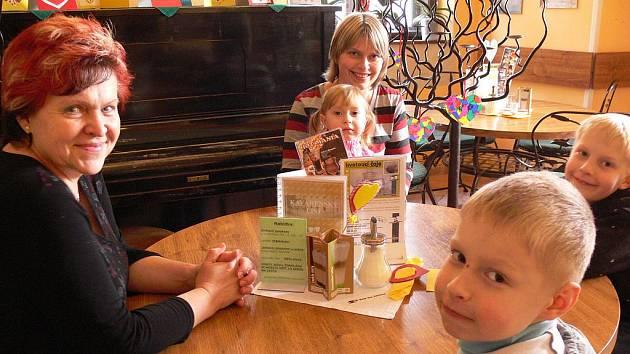 Samá srdíčka obklopují teď návštěvníky zámecké kavárny v Hranicích.