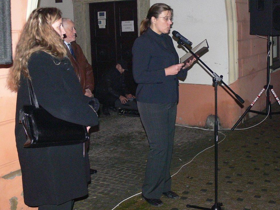 Oslavy vzniku republiky odstartoval lampionový průvod. Lidé pak společně uctili památku T. G. Masaryka v budově Staré radnice.