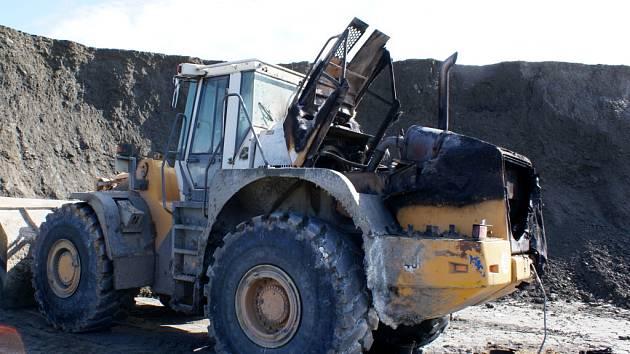 Ještě před příjezdem jednotek likvidovala požár stroje jeho obsluha s pomocí hasícího přístroje.