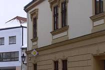 Chodník kolem budovy městského úřadu v Zámecké ulici v Hranicích je teď nepoužitelný.