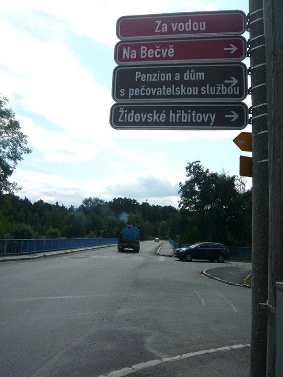 Most v Lipníku nad Bečvou - rovně směr Hranice, vpravo směr Přerov.