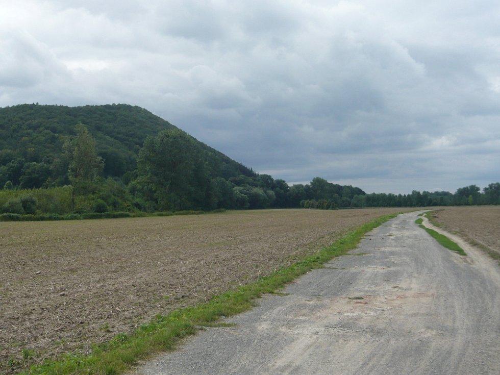 Nedokončená část cyklostezky mezi Hranicemi a Přerovem, v pozadí Helfštýn.