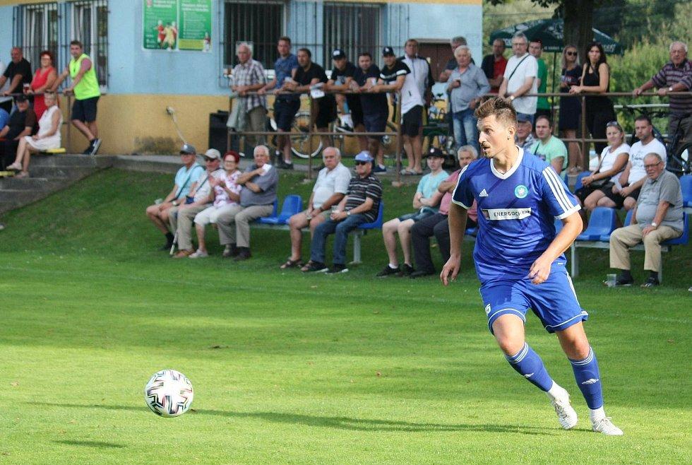 Fotbalisté Všechovic (v modrém) proti Holici.
