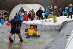 Tradiční bazénová Splash party na potštátské sjezdovce ukázala v sobotu 2. března jízdu přes sněhový bazén s vodou.