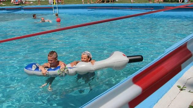 Bazén už loni ohraničovala červenobílá páska, která varovala, že koupání je zde jen na vlastní nebezpečí. Letní idyla se už nevrátí, město koupaliště provozovat nechce.