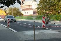 Červenobílou pásku přehlížejí nejen cyklisté, ale i řidiči osobních aut.