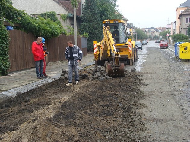 V Přerově začala v těchto dnech rekonstrukce Nerudovy ulice, která si vyžádá náklady 16 milionů korun. Do konce roku se opraví i další silnice v Přerově a jeho místních částech.