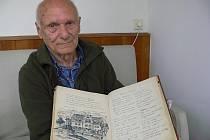 Pan Karel Hlaváček drží v ruce pamětní knihu teplického penzionu Ostravanka