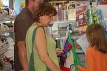Papírnictví a obchody se školními pomůckami jsou v těchto dnech v obležení rodičů, kteří nakupují dětem věci do školy.