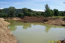 Z vojenského cvičiště Závrbek v Lipníku nad Bečvou odtěžila firma Kohout Invest přes 250 tun štěrkopísku. Takto lokalita vypadala uprostřed prací v srpnu 2008.