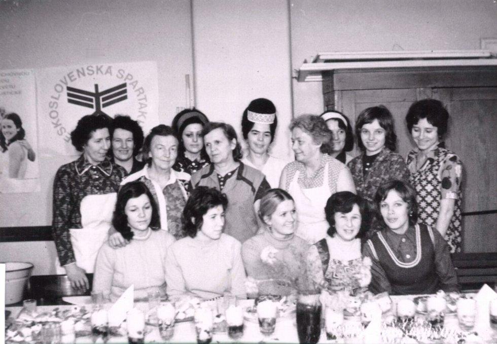 Český Svaz žen Milenov při kurzu vaření.