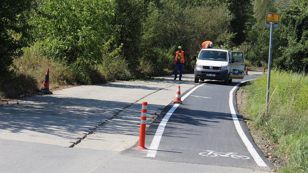 Nový asfaltový pás pro cyklisty na rozbité panelce budí rozporuplné emoce.