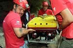 Potápěči vylovili polského robota z Hranické propasti.