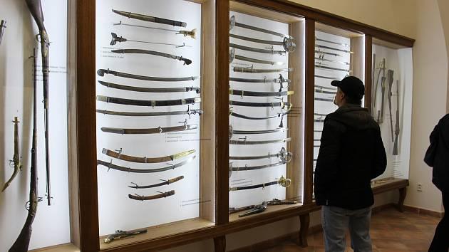 Stálá  expozice zbraní ze sbírek muzea s názvem Hranice na mušce představuje unikátní palné i chladné zbraně.