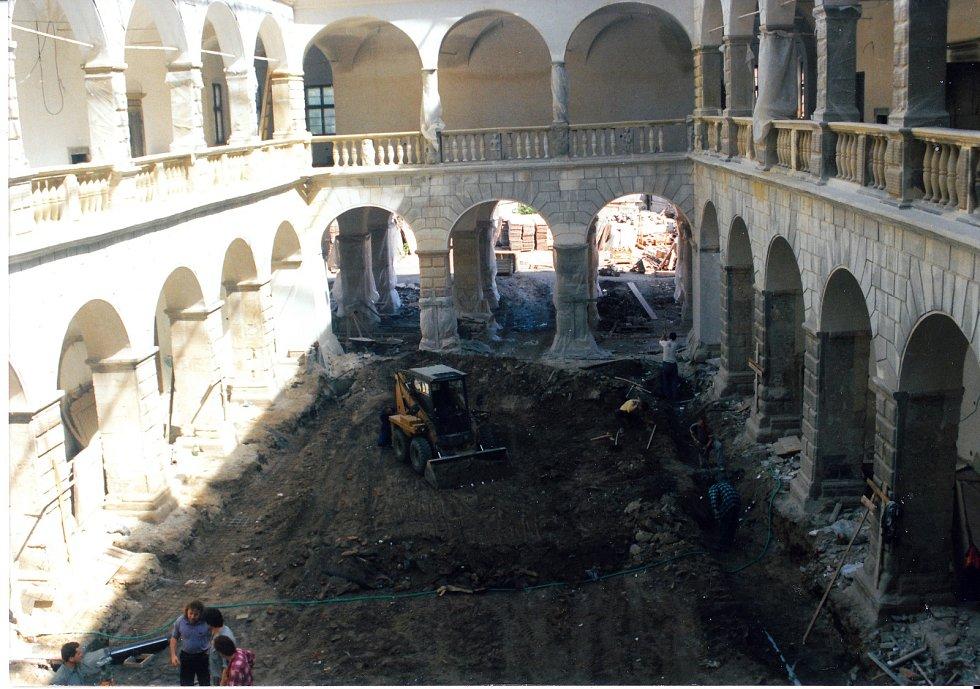 V Hranicích začala nová výstava, která mapuje historii hranického zámku, k vidění jsou také středověké kachle, které byly při rekonstrukci vroce 1998 vytaženy ze zdejších sklepů.
