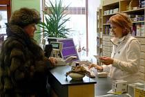 Lidé nyní kupují většinou léky bez předpisu. Za každou položku na něm by totiž museli zaplatit v lékárně třicet korun.