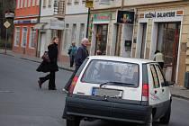 V Čechově ulici scházejí přechody pro chodce. Lidé, kteří se chtějí dostat z jednoho chodníku na druhý, se tak vrhají pod kola aut.