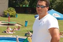 Romský plavčík Zdeněk Klempár má dohlížet na pořádek v areálu a v případě problémů řešit vyvstalé konflikty.