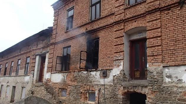 Při pondělním požáru ve Stříteži nad Ludinou se poranilo pět osob