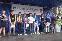 Janu Faltýnkovou (zcela vlevo) ocenil na slavnosti Otevírání Moravské brány starosta Miloslav Přikryl.