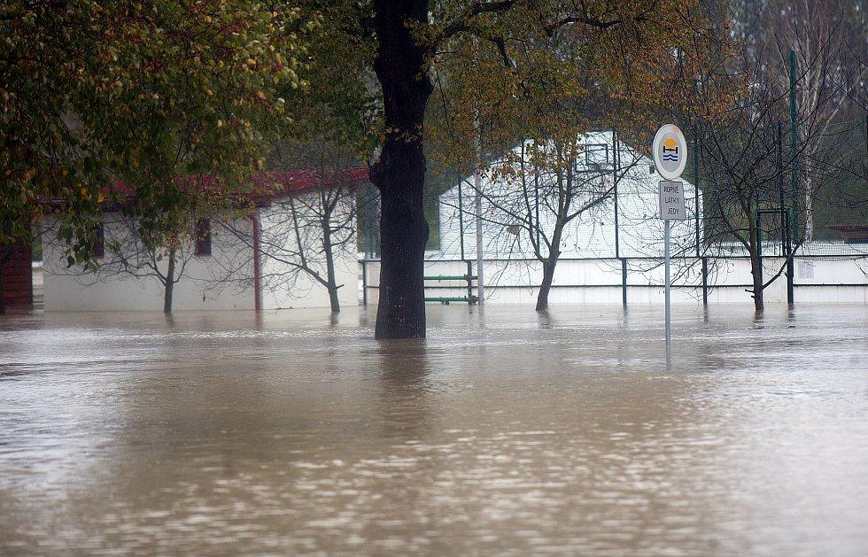Řeka Bečva zaplavila část obce Ústí na Hranicku 14.10.2020.
