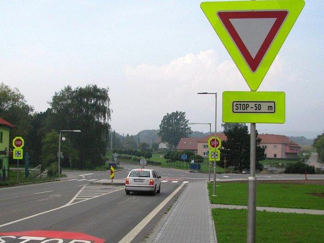 Na bělotínské křižovatce změnili po padesáti letech přednost v jízdě. Řešení má omezit tranzitní dopravu v obci.