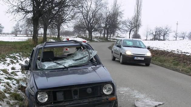 Řidiči, kteří přijížděli od Stařechovic, museli nabourané auto objet v zatáčce bez dostatečného výhledu.