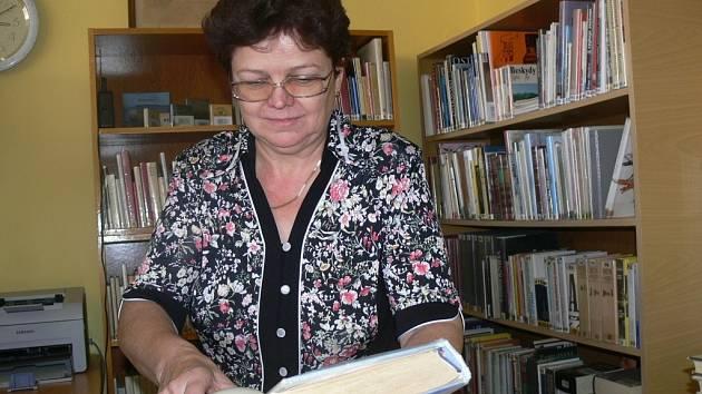 Vedoucí všechovické knihovny Lýdie Trlifajová už vítá návštěvníky v nových prostorách