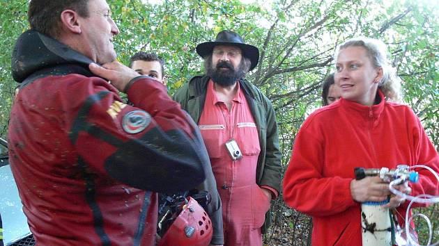 Celých devět hodin čekal uvíznutý pražský jeskyňář Pavel Říha na své vysvobození v suché rotundě hranické propasti.