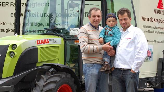 Farmář Josef Němec se svým synem a vnukem.