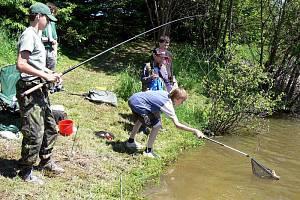 Na háčku lovců na rybářských závodech mládeže na vodárenské nádrži Harta u Potštátu se střídali kapři, perlíni, plotice, ostroretky a okouni.