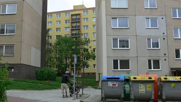 Jeden panelový dům vedle druhého, tak to vypadá na nejlidnatějším hranickém sídlišti Hromůvka.