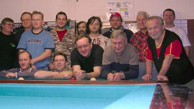 Účastníci Vánočního turnaje dvojic v kulečníku na společném snímku.