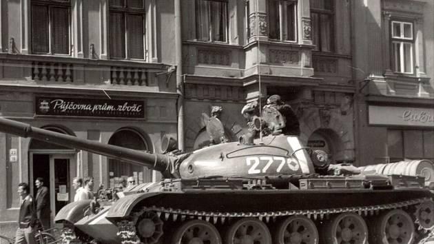 Ve středu 21. srpna 1968 obsadily Hranice sovětská vojska. Tanky postávaly na Masarykově náměstí i u hranického zámku na nedalekém Pernštejnském náměstí
