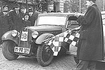 Josef Smrčka startuje jedno z vozidel při orientační soutěži v roce 1951.
