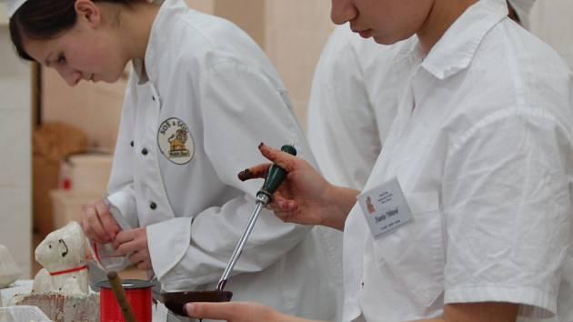 Do pečení velikonočních beránků se pustili studenti Střední školy gastronomie a služeb v Přerově.