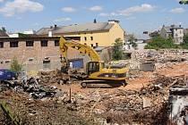 Demoliční firma během práce nenarazila na žádné vážnější problémy. Musela jen zlikvidovat černou skládku, která na dvoře bývalé slévárna vznikla. Celkové náklady na demolici se vyšplhají na bezmála tři miliony korun.