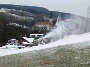 Přestože se koncem listopadu dostavila  slušná sněhová nadílka a podle předpovědi to už vypadalo na příchod mrazů, současné  počasí zatím vlekařům na Krnovsku nepřeje.