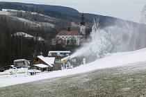 Sněhová děla v Branné již měla svou premiéru, nyní opět začnou vyrábět sníh, až se ochladí.