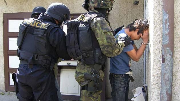 V srpnu policisté zadrželi dva cizince ve Slavětíně na Litovelsku, v domě pěstovali konopí.