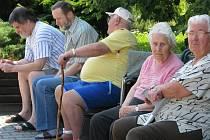 Obyvatelům Domova seniorů předalo město altánek, který bude sloužit i jako čekárna na autobus.