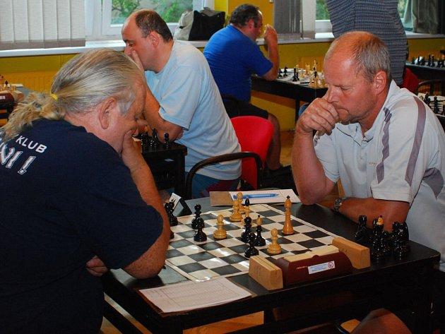 Na dvaadvaceti šachovnicích začnou vždy ve stejný čas boje o body do celkové tabulky.