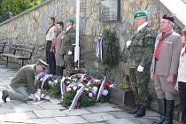 V sobotu dopoledne položili v Hranicích k památníku obětem druhé světové války několik věnců a kytic. Připomněli si tím 65. výročí osvobození.
