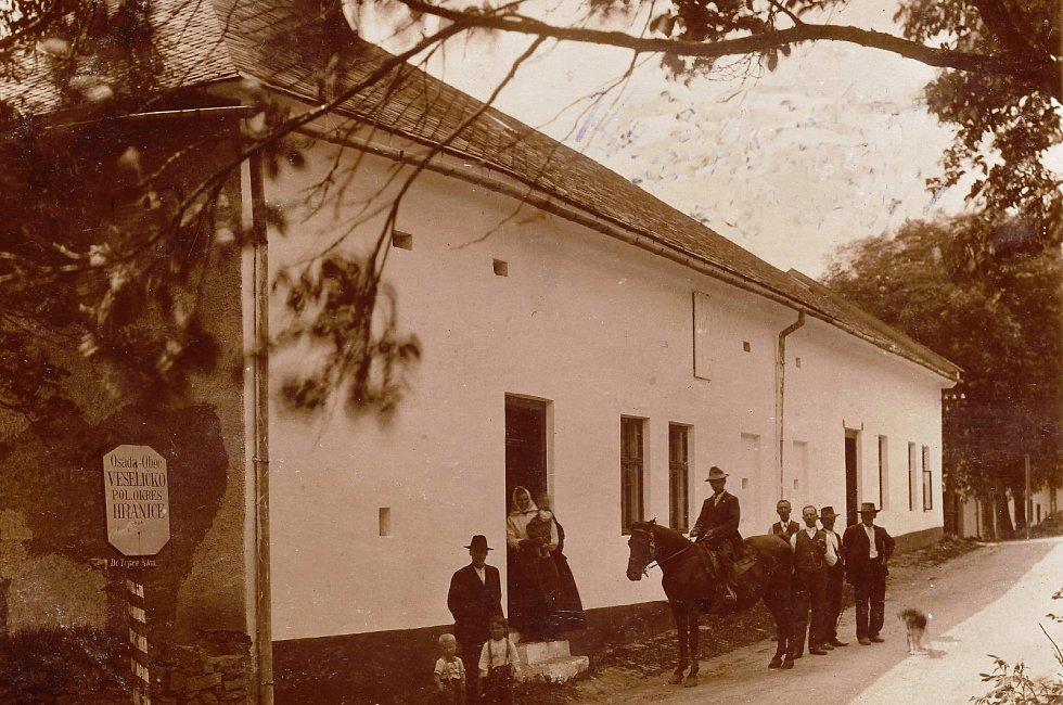 Veselíčko dříve patřilo pod bývalý okres Hranice.