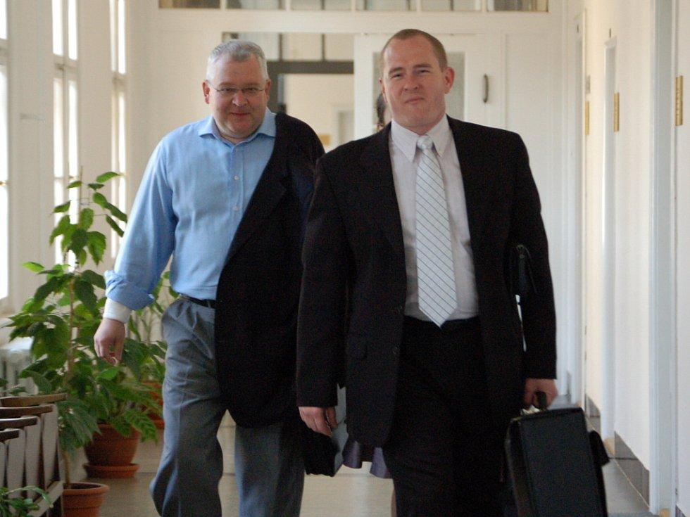 Zlínský podnikatel Roman Vaškůj (vlevo) se svým obhájcem na chodbě přerovského soudu.